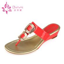 简约时尚 达芙妮正品 舒适休闲金属方扣T型坡跟拖鞋 夏季新款 Daphne